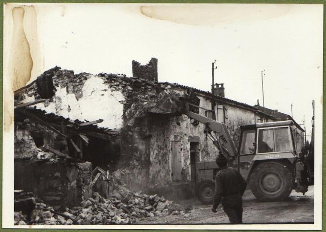 1 demolition maison foullonneau fev1977 b rue pelleteuse