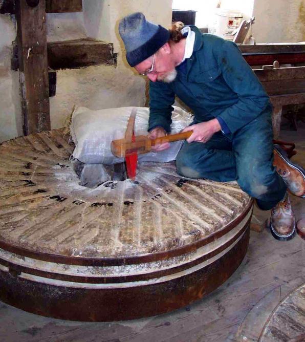 1 le rhabillage d une meule avec une mailloche en bois