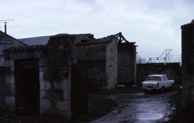 8 1977 fevrier la cour puydrouard